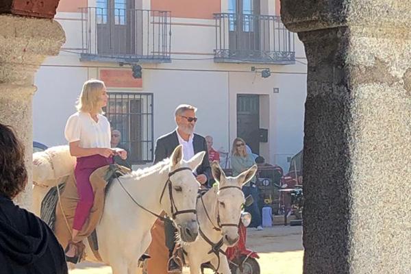Brie Larson en Madrid, ¿te imaginabas a Capitana Marvel montando en burro?