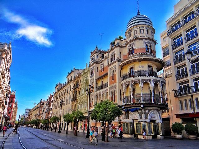 Avenida de la Constitución, un paseo por el centro turístico de Sevilla