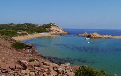 Cala Pregonda, un paraíso rojo en la isla de Menorca que debemos descubrir
