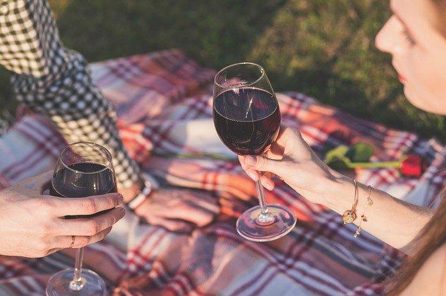 Hacer un picnic, ¡6 cosas que no pueden faltar en tu cesta para que sea perfecto!