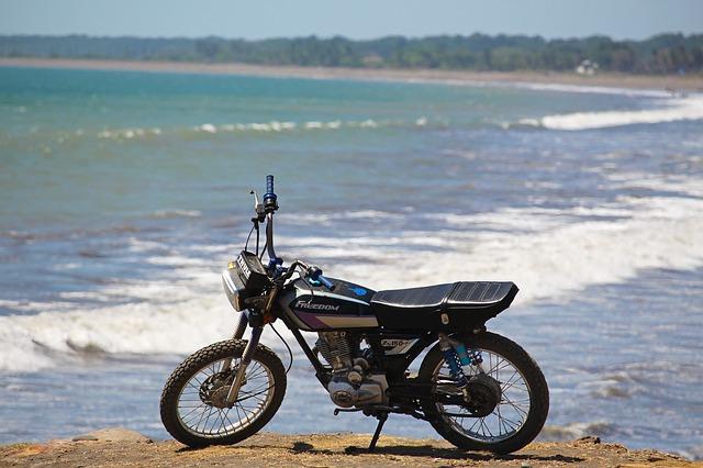 Ibiza en moto, ¡ven a disfrutar de la isla de Baleares sobre dos ruedas!